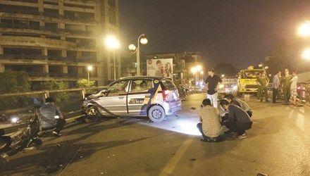 Tin mới vụ taxi điên nhảy cầu tự tử sau khi đâm hàng loạt xe máy