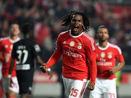 Manchester United nhảy vào cuộc đua giành Ronaldinho mới