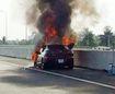 """""""Xế hộp"""" bốc cháy giữa cao tốc, chủ xe vội vàng thoát thân"""