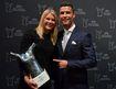 Ronaldo hào hứng ký tặng fan, cười tươi khi được vinh danh