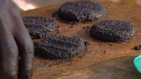 Kì lạ dân làng bắt muỗi làm bánh