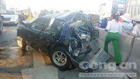 Xe ô tô đâm dải phân cách, tài xế thoát chết gang tấc