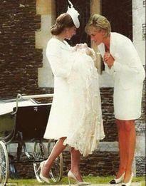 Bức ảnh công nương Diana dỗ cháu gái bên con dâu gây sốt