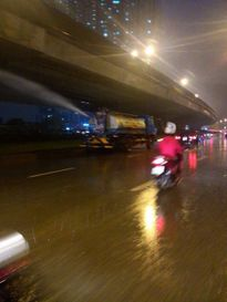 Chuyện lạ: Hà Nội mưa ngập đường, công ty cây xanh vẫn tưới cây