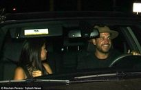 Selena Gomez bị bắt gặp ngồi xe hơi trai lạ đi ăn tối