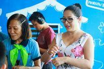 MC Quỳnh Hương cùng các học trò nhí hào hứng học thủ ngữ