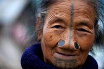 """Tộc người làm đẹp bằng cách """"đục mũi"""" kì dị ở Ấn Độ"""