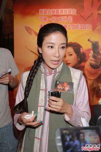 Dương Di gây choáng khi bất ngờ khóa môi sao nữ TVB