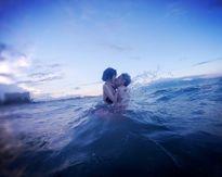 Tâm Tít 'khóa môi' chồng trên biển, Mie khoe dáng chuẩn với bikini