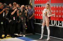 Miley Cyrus mặc như không trên thảm đỏ