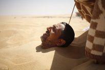 """Kỳ lạ: """"Đua nhau"""" chôn mình dưới cát để chữa bệnh """"bất lực"""""""