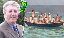 Chính trị gia gây bão mạng vì đăng ảnh 14 cô gái khỏa thân trên một con thuyền