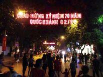 Hà Nội: Đội mưa đi xem pháo hoa mừng Quốc khánh