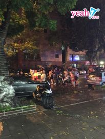 Người dân Hà Nội đội mưa xuống đường xem bắn pháo hoa