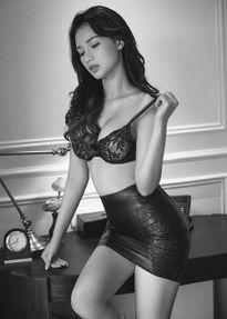 Quỳnh Chi dọn đường trở lại showbiz; Lộ ảnh nude của Angelina Jolie