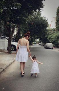 Khoảnh khắc siêu dễ thương của nhóc tì Cadie bên mẹ Elly Trần