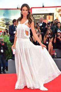 Những bộ đầm đẹp như cổ tích tại LHP phim Venice 2015