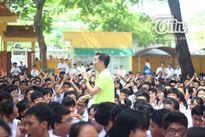Đàm Vĩnh Hưng về trường cũ 'quậy tưng' trong ngày khai giảng