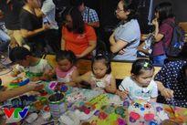 Hàng trăm em nhỏ thích thú vẽ mặt nạ giấy bồi truyền thống