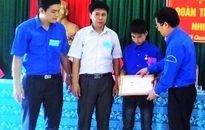 Trao Huy hiệu Tuổi trẻ dũng cảm cho nam sinh quên mình cứu thầy cô