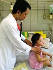 Bé gái 4 tuổi uống nhầm dầu máy đựng trong chai nước khoáng