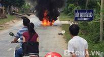 Người phụ nữ thất thần nhìn xe bốc cháy sau cú ngã