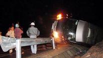 Lật xe khách làm một người chết, ba người bị thương
