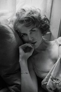 U50 Nicole Kidman đẹp mong manh giữa gam màu đen trắng