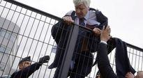 24h qua ảnh: Giám đốc Air France bỏ chạy khi bị nhân viên lột áo