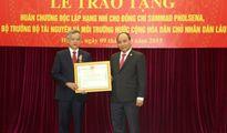 Trao tặng Bộ trưởng TN&MT Lào Huân chương Độc lập hạng Nhì