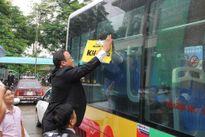 Xe buýt nhắc người đi đường uống rượu bia không lái xe