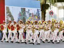 Việt Nam trong tuần: 200 cảnh sát thế giới chơi nhạc trên phố Sài Gòn