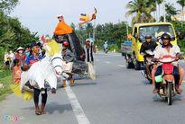 Dân miền Tây đóng vai khỉ, ngựa ra đường dự hội