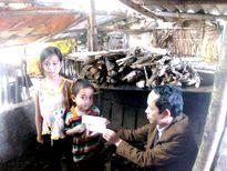 'Thầy giáo áo tơi' đem áo lành đến những mảnh đời nghèo khó