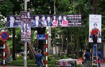 Phun sơn thông báo vi phạm lên panô quảng cáo khắp đường phố Hà Nội