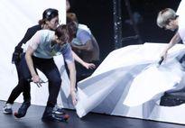 Màn che tụt khiến EXO lộ cảnh thay áo ngay trên sân khấu