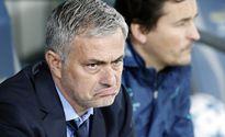 Thầy trò Mourinho cự cãi trên sân