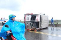 Xe 16 ghế lật nhào trên cầu vượt, 1 hành khách tử vong