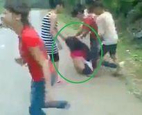 """Cộng đồng mạng """"dậy sóng"""" tuần qua: Cô gái trẻ bị lột đồ giữa đường"""