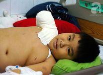 Vừa thương vừa phục nghị lực cậu bé 6 lần phẫu thuật, 4 lần lóc da đùi ghép lên tay cụt