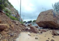 Tảng đá 6m3 rơi xuống đường Nha Trang - sân bay Cam Ranh