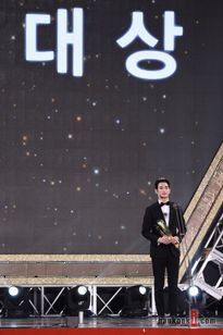 Ngỡ ngàng Kim Soo Hyun lại đoạt giải Daesang tại APAN Star Awards