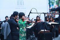 Nghệ sĩ nhí biểu diễn hòa nhạc trên phố Hà Nội