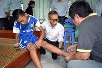 Ông Harold Chan mời bác sĩ khám bệnh cho trẻ em da cam