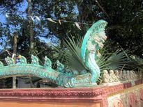Tượng Naga và tượng Neak trong chùa Khmer