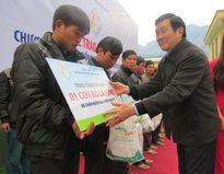 Chủ tịch nước Trương Tấn Sang trao tặng bò giống cho hộ nghèo tỉnh Hà Giang