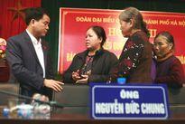 Tân Chủ tịch HN nhận hồ sơ của dân ngay tại bàn tiếp xúc cử tri