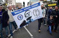 CĐV Chelsea giận dữ chỉ mặt kẻ phản bội Mourinho