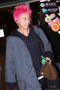 Con gái Vương Phi gây sốc với vẻ nam tính, tóc hồng rực