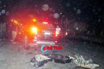 Xe con mất lái đâm xe tải, 2 người đàn ông nguy kịch